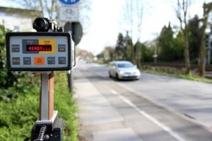 Ein Einspruch gegen eine festgestellte Geschwindigkeitsüberschreitung kann zu einer Verhandlung führen.