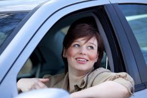 Beim Halten mit einem Fahrzeug muss ein Mindestabstand zu einer Ampel gewahrt sein.