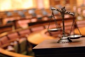 Eine Geldstrafe bei Alkohol am Steuer wird üblicherweise vor Gericht verhandelt.