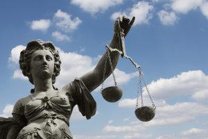 Ein Anwalt hilft beim Anspruch auf Schmerzensgeld für eine Sprunggelenksfraktur.