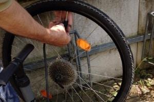 Um ein Fahrrad fit zu machen, sollten auch die Reifen geprüft werden.