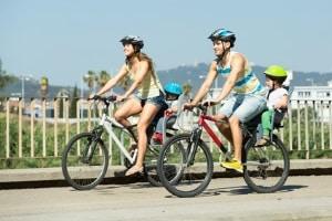 Auf einen Radweg sind Fahrradfahrer oft sicherer unterwegs.