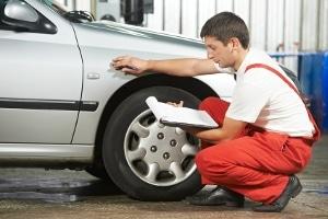 Ist die Betriebserlaubnis erloschen, muss ein Prüfer den Wagen abnehmen, bevor eine neue Erlaubnis ausgestellt werden kann.