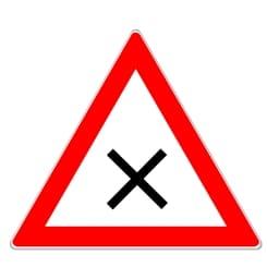 Bahnübergang: Ein Andreaskreuz (Zeichen 102) kann auch als Schild vorkommen.