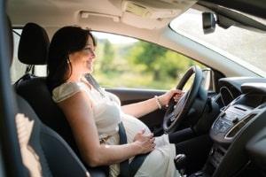 Sowohl vor als auch nach einem Kaiserschnitt ist das Autofahren nur mit angelegtem Gurt zulässig.