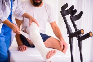 Egal, ob das Bein oder der Arm im Gips stecken, das Autofahren sollten Sie bleiben lassen.