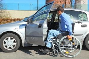 Der Behindertenparkplatz erleichtert das Parken für Menschen mit Behinderung.