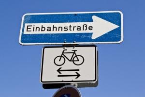 Bußgeldkatalog Einbahnstraße: Das Zusatzschild zeigt an, dass Fahrradfahrer in der Einbahnstraße in beide Richtungen verkehren dürfen.