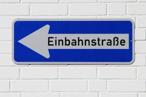 Bußgeldkatalog Einbahnstraße: Einbahnstraßen sind nur in eine Richtung befahrbar