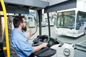 Busfahrer haben auf der Busspur Vorrang vor Links- und Rechtsabbiegern.