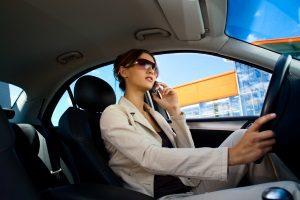Auch die Versicherung wertet das Einarmig-Autofahren unter Umständen als Fahrlässigkeit.