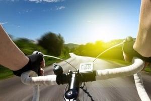 Musik zu hören beim Fahrradfahren kann ein Risiko darstellen.