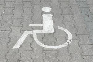 Das Verkehrszeichen für einen Behindertenparkplatz lässt sich auch innerhalb der Parkfläche finden.