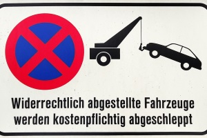 Ein absolutes Halteverbot ist automatisch auch ein Parkverbot. Oft wird davor gewarnt, dass Missachtung ein Abschleppen zur Folge haben kann.