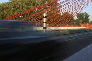 Auf der Autobahn werden Sie geblitzt, wenn Sie die Geschwindigkeitsbegrenzung übersehen und weiterhin Richtgeschwindigkeit fahren.