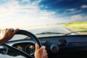 Auf der Landstraße wird geblitzt, wer sich nicht an die Höchstgeschwindigkeit von 100 km/h hält.