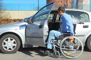 Behindertenparkausweis: Ist der Antrag erfolgreich, können Sie die Parkerleichterungen nutzen. Ein Behindertenausweis für Ihr Auto reicht nicht aus.