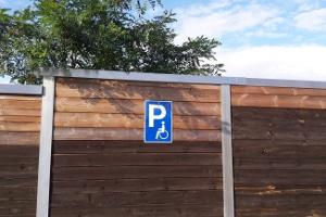Auf einem Behindertenparkplatz dürfen Sie nur mit einem blauen Behindertenparkausweis parken.