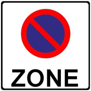 Die eingeschränkte Halteverbotszone wird durch ein Verkehrsschild angezeigt.