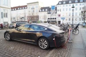 Mit Elektroauto Sprit sparen: So tanken Sie in Zukunft Strom und nicht Benzin.