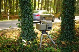 Die Geschwindigkeitsmessung am Auto kann mobil oder stationär erfolgen.
