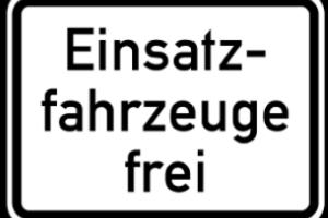 Eine Halteverbot mit Zusatzschild kann das Verbot ergänzen oder bestimmte Fahrzeuge davon freistellen.