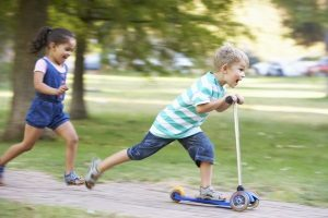 Kinder im Straßenverkehr: Sie müssen vor allem lernen, Gefahren einzuschätzen.
