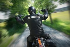 Strafe: Mit dem Motorrad ohne Helm zu fahren, kann ein Bußgeld zur Folge haben.