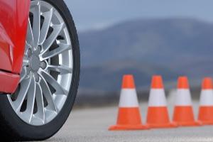 Bis die Reifen quietschen: Einige Übungen beim Fahrsicherheitstraining verlangen Ihnen und Ihrem Wagen viel ab.