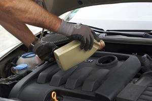 Bei der Vorbereitung zum Fahrsicherheitstraining sollten Sie auch den Ölstand überprüfen - und gegebenenfalls nachfüllen.