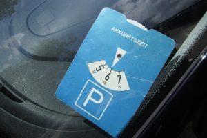 Wo muss die Parkscheibe im Auto liegen? Es kommen die Windschutzscheibe, das Seitenfenster oder die Hutablage infrage.