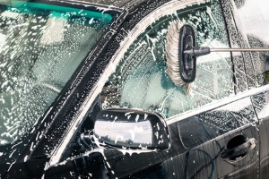 Regelmäßige Autowäsche kann Lackschäden vorbeugen. Die Mühe macht sich spätestens bezahlt, wenn Sie Ihren Gebrauchtwagen schätzen lassen.