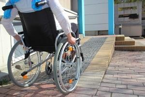 Auf einem Behindertenparkplatz nur mit einem Behindertenausweis zu parken, ist nicht erlaubt.