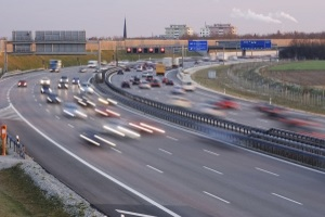 Ob eine Radarkontrolle auf der Autobahn oder in der Stadt stattfindet, kann einen großen Einfluss auf das Bußgeld haben.