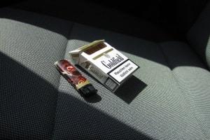 Rauchen schadet nicht nur der Gesundheit: Wenn Sie im Auto qualmen, kann es langfristig an Wert verlieren.