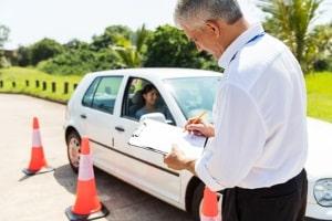 Vor dem Schleuderkurs wird die richtige Technik vermittelt: Die Kursleiter erklären Begriffe wie ABS und ESP und zeigen, wie Sie Ihren Sitz einstellen müssen.