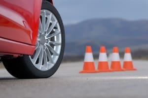"""Als """"Schleuderkurs"""" werden beim Fahrsicherheitstraining Übungen wie die Vollbremsung oder Ausweichmanöver bezeichnet, die Ihr Auto ins Schleudern bringen."""