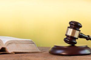 Das deutsche Recht unterscheidet zwischen Tattagprinzip und Rechtskraftprinzip.