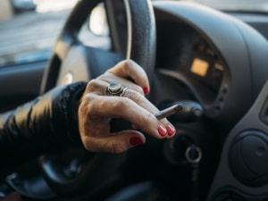 Der Bußgeldkatalog sieht in Australien Sanktionen vor, wenn geraucht wird und Kinder unter 16 im Auto mitfahren