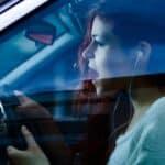 Sind Sie gehörlos? Autofahren kann gefährlich sein, wenn die Umgebung nicht wahrgenommen wird.