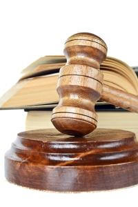 Das Urteil vom Gericht bestätigt: Der Führerschein darf trotz Schwerhörigkeit behalten werden.