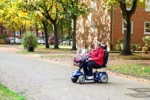 Nicht nur eine Lähmung kann das Autofahren nach einem Schlaganfall erschweren.