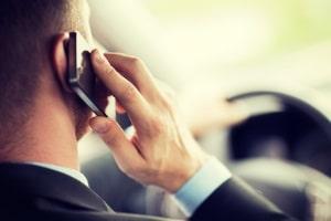 Möchten Sie mit dem Auto nach Lettland fahren, sollten Sie sich an das Handyverbot halten.