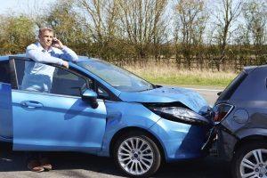 Um den Unfall der Versicherung zu melden, sollten Sie am Unfallort alles dokumentieren.