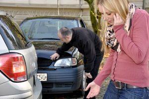 Nach dem Unfall bei der Versicherung den Schaden melden: Die Frist wird im Vertrag bestimmt, beträgt jedoch meistens eine Woche.