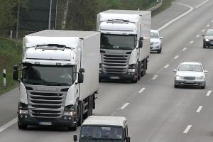 Der Abstand muss von LKW auf der Autobahn eingehalten werden.