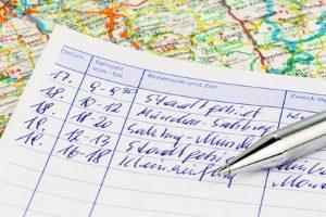 Ein Fahrtenbuch muss von LKW-Fahrern lückenlos ausgefüllt werden, sonst drohen Bußgelder.