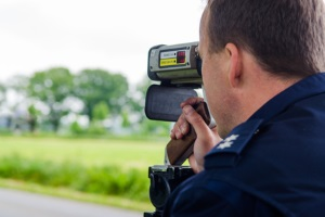 Bei der Geschwindigkeitsmessung kommt ein Laser ohne Blitzer aus. Die Messungen im laufenden Verkehr werden von Beamten durchgeführt.