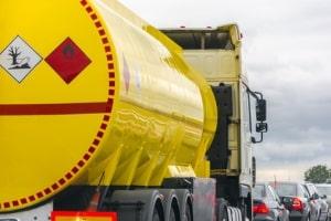 An Verpackungen, Containern  und LKW dient die Gefahrgutkennzeichnung dazu, wichtige Informationen über die Ladung zu liefern.
