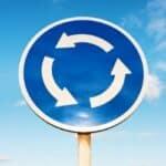 Der Kreisverkehr wird angezeigt durch das Verkehrszeichen Nummer 215.
